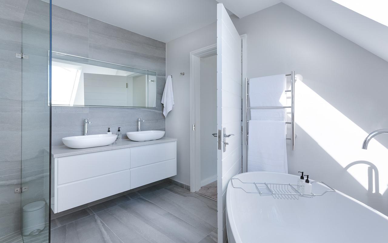 Dobrze doświetlona łazienka